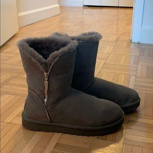 Ugg Women Classic ZIP Boots Size 7 in Grey
